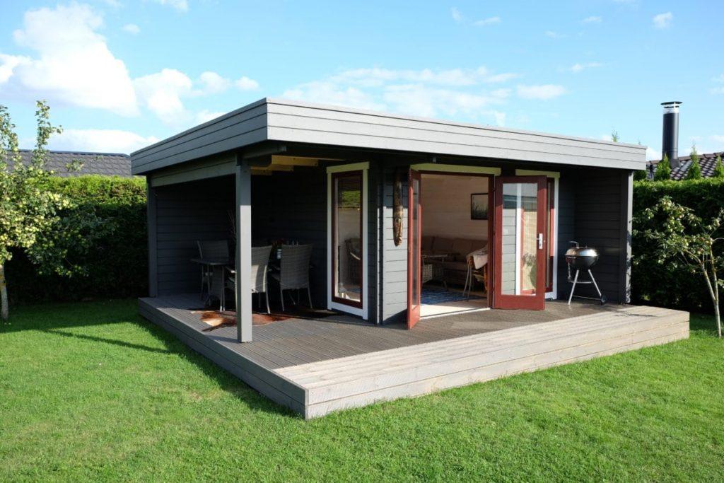 Das hansa lounge xl gartenhaus mit erweitertem sonnendeck hansagarten24 - Gartenhaus isoliert ...