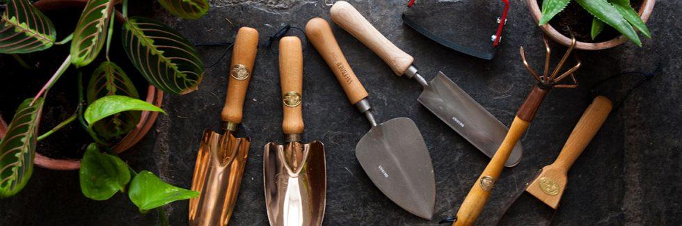 Welche Gartenwerkzeuge gehören in den Geräteschuppen des Gärtners?
