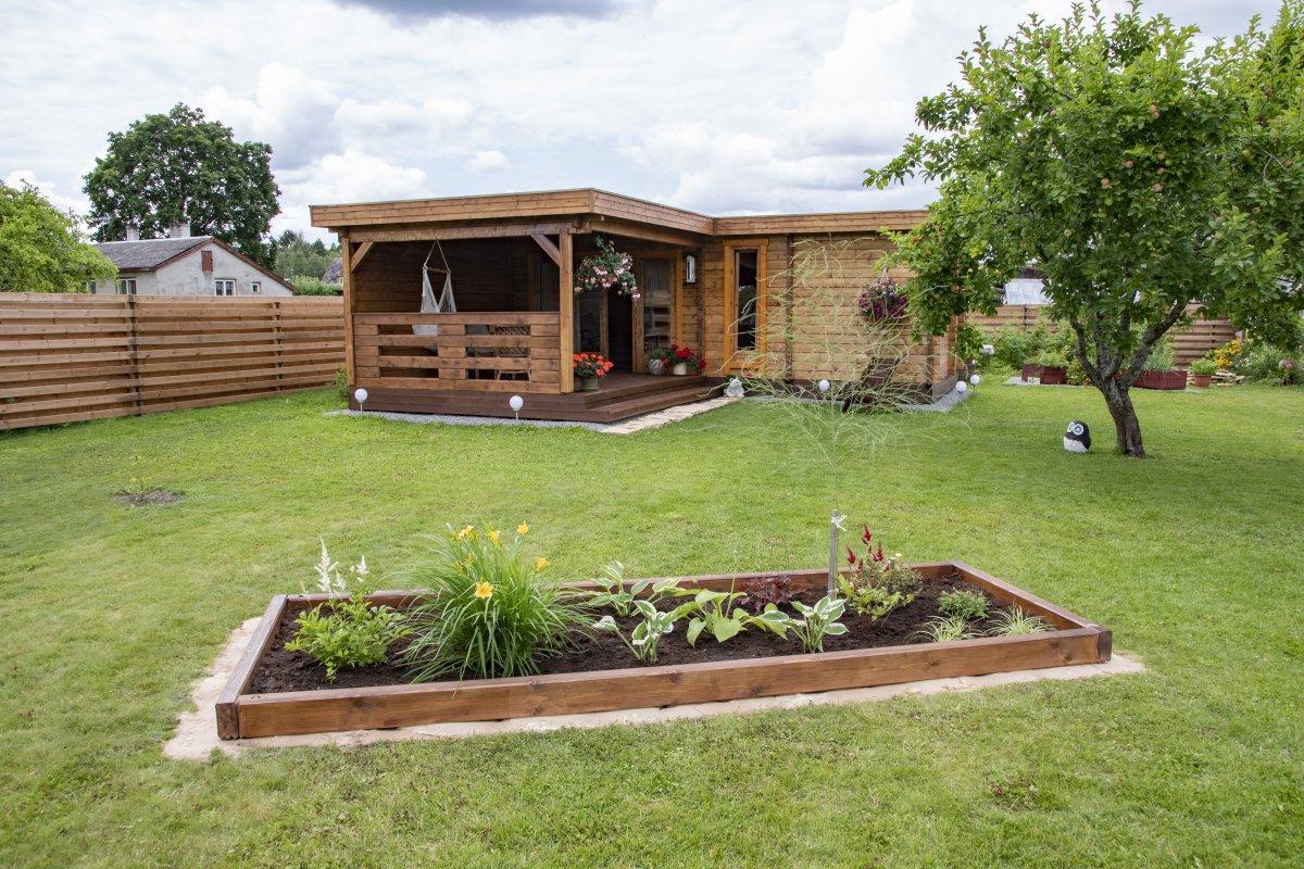 Zwei große Gartenhäuser mit Sauna